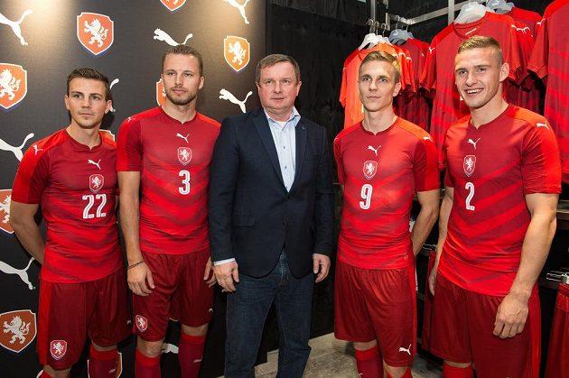 Zleva Vladimír Darida, Michal Kadlec, trenér Pavel Vrba, Bořek Dočkal a Pavel Kadeřábek v nových reprezentačních dresech.
