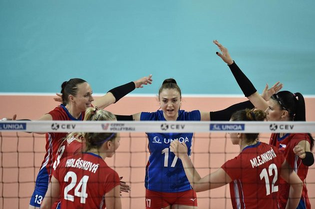 České volejbalistky vyhrály nad Švédskem a slaví. Stejně jako loni si zahrají v Evropské lize Final Four. Nikola Vaňková (uprostřed) z Česka.