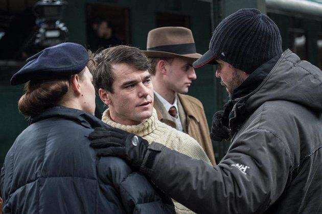 Vavřinec Hradilek (druhý zleva) poslouchá pokyny během natáčení filmu Tenkrát v ráji.