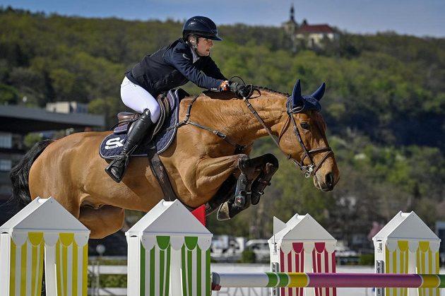 Petronella Anderssonová ze Švédska s koněm Claptonn Mouche v rámci nedělní Grand Prix v Chuchli.