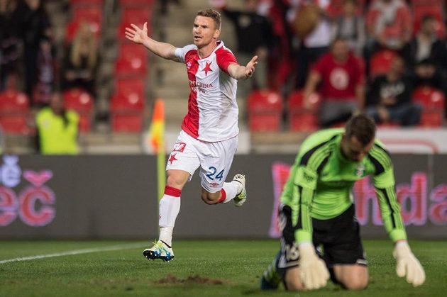 Brankář Karviné Jan Laštůvka na kolenou, zatímco útočník Slavie Muris Mešanovič po svém gólu v extázi.
