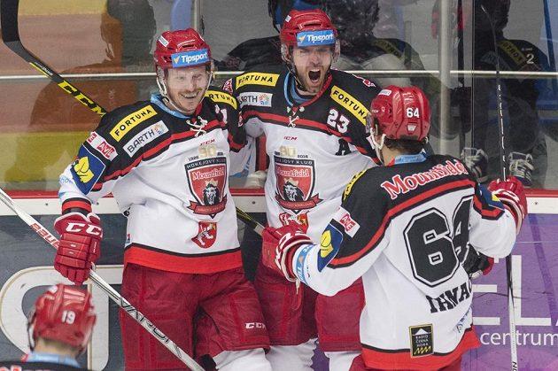 Zleva Adam Courchaine, René Vydarený a Brian Ihnačák (všichni z Hradce Králové) oslavují gól proti Chomutovu.