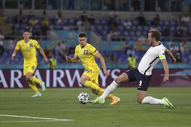 Anglický fotbalista Harry Kane střílí vedoucí branku svého týmu ve čtvrtfinále EURO proti Ukrajině.