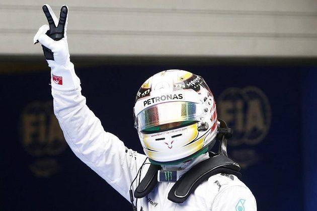 Lewis Hamilton oslavuje zisk pole position pro VC Číny.