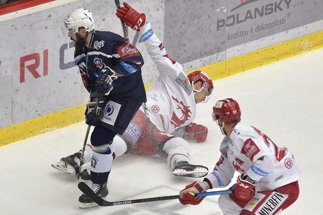 Milan Gulaš z Plzně, Guntis Galvinš a Martin Růžička, oba z Třince v akci během semifinále play off.