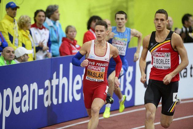 Pavel Maslák (vlevo) v rozběhu závodu na 400 metrů.