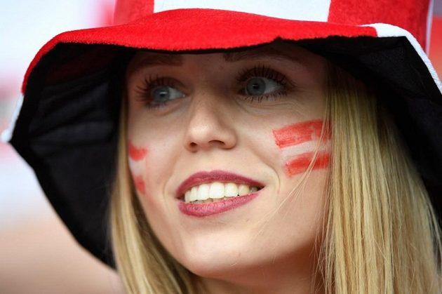 Rakouská fanynka se usmívá, výběr trenéra Kollera ale na ME zklamal.