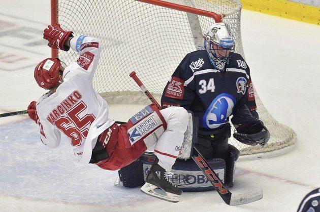 Třinecký hokejista Tomáš Marcinko a brankář Plzně Dominik Frodl během rozhodujícího semifinále extraligy.