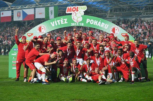 Fotbalisté Slavie po vítězství ve finále MOL Cupu.