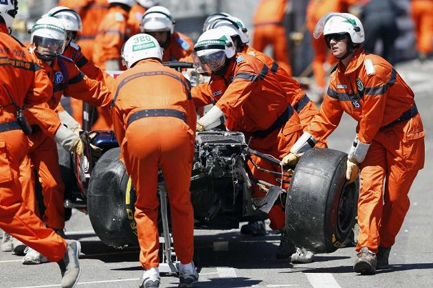 Odklízení trosek vozů venezuelského pilota Pastora Maldonada při Velké ceně Monaka.