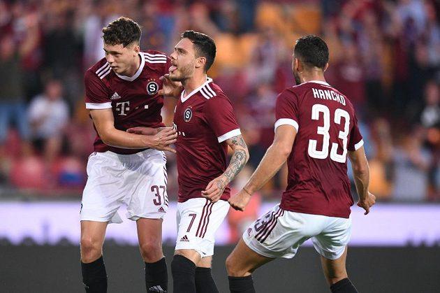 Radost v podání fotbalistů Sparty během odvety 2. předkola Ligy mistrů s Rapidem Vídeň. Střelec gólu Karlson, se raduje s Hanckem a Krejčím mladším.