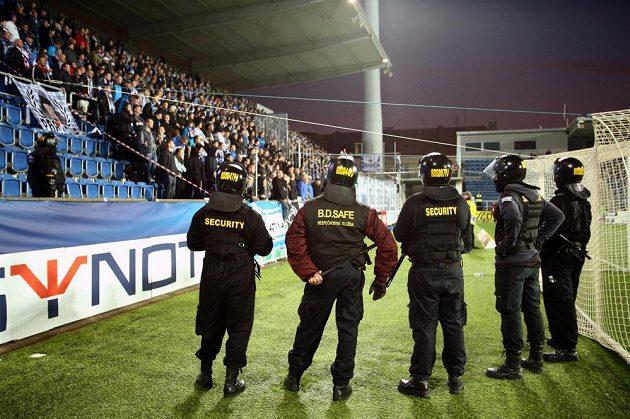 Pracovníci bezpečnostní agentury dohlížejí na fanoušky z Ostravy běhme utkání se Slováckem.