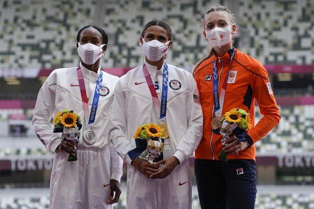Zlatá Sydney McLaughlinová (uprostřed), stříbrná Dalilah Muhammadová (vlevo) ze Spojených států a bronzová Femke Bolová z Nizozemska.