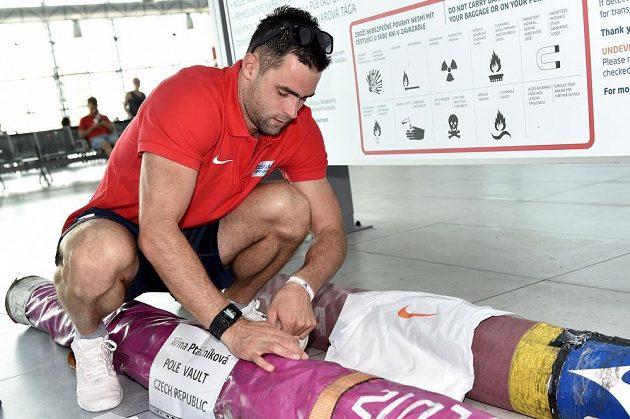 Tyčkař Jan Kudlička před odletem na atletické mistrovství světa do čínského Pekingu.