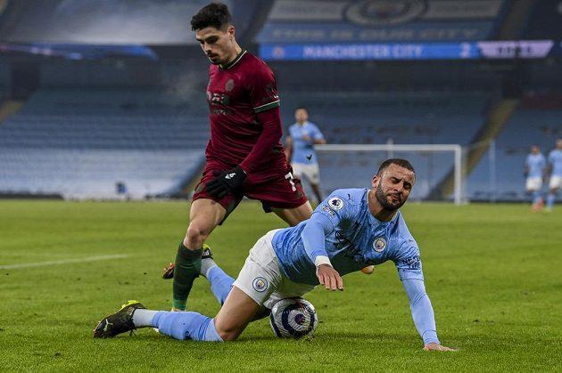 Fotbalista Manchesteru City Kyle Walker padá po zákroku Pedra Neta z Wolverhamptonu v utkání Premier League.