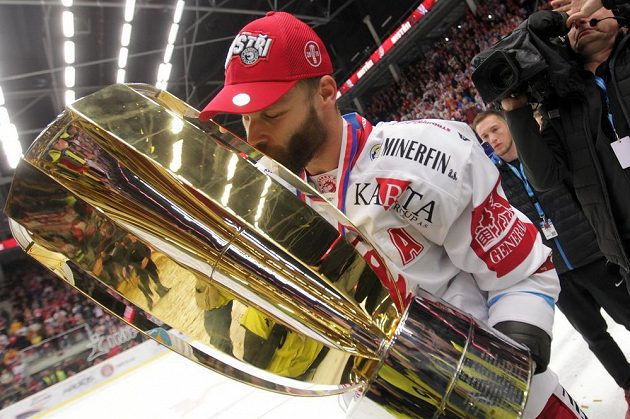 S Masarykovým pohárem pro vítěze extraligy se laská třinecký útočník Martin Růžička.