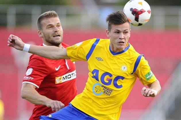 Zleva Marek Kaščák z Brna a Egon Vůch z Teplic bojují o míč.