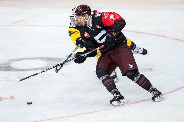 Martin Procházka ze Sparty (vpředu) a Maxim Noreau z Bernu ve čtvrtfinále play off hokejové Ligy mistrů.