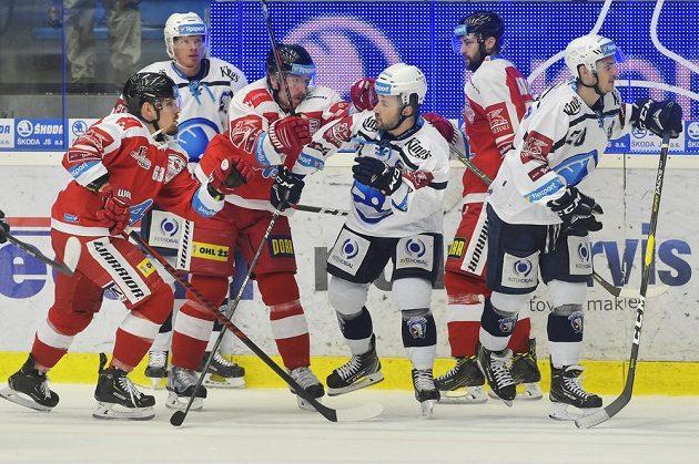Hromadná potyčka během čtvrtfinále play off hokejové extraligy mezi Plzní a Olomoucí.