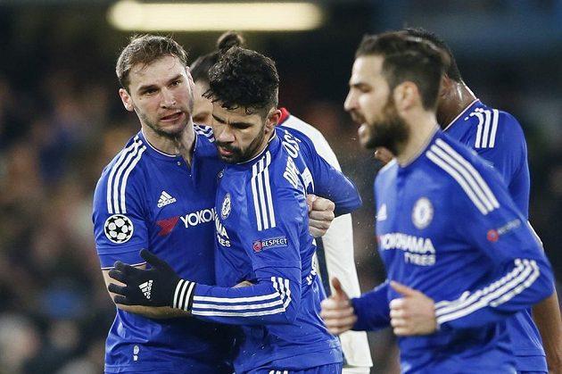 Diego Costa a Branislav Ivanovič (vlevo) z Chelsea se radují z gólu proti PSG.