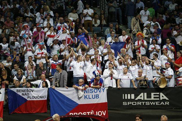 Čeští fanoušci v hledišti pražské O2 areny během finále Fed Cupu s Německem.