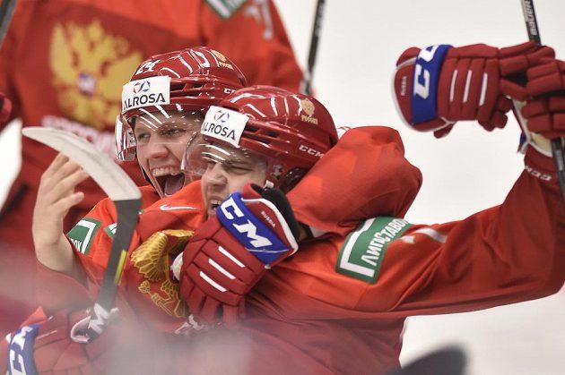 Zleva Nikita Alexandrov a Alexandr Chovanov z Ruska se radují z gólu.