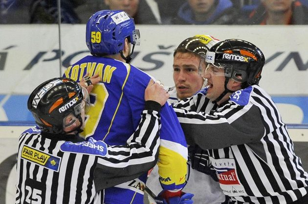 Rozhodčí Stanislav Barvíř (vlevo) a Petr Blümel zasahují u potyčky, v níž se střetli obránce Zlína Oldřich Kotvan a útočník Komety Jan Káňa.