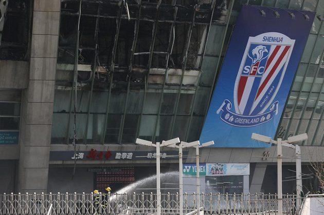 Fotbalový stadión v Šanghaji zachvátil požár.