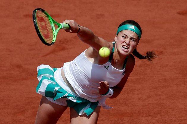 Jelena Ostapenková servíruje v semifinále French Open.