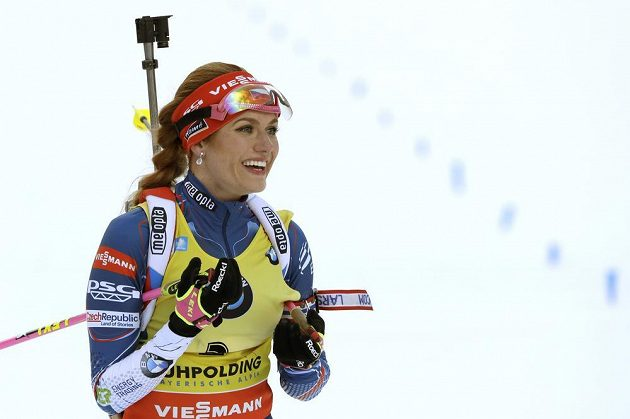 Stříbrná Gabriela Koukalová v cíli stíhacího závodu v Ruhpoldingu.