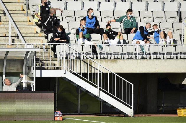 Realizační tým a hráči na střídání Jablonce sedí na tribuně.