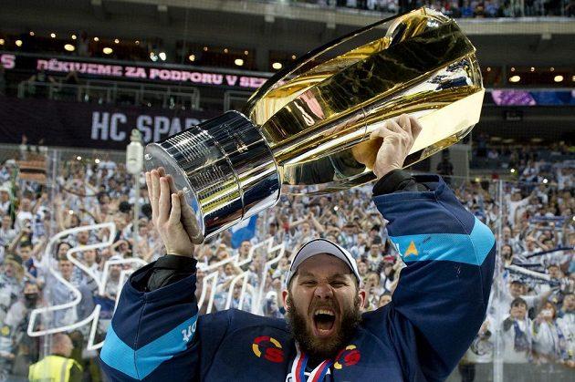 Gólman Ján Lašák s pohárem pro vítěze extraligy.