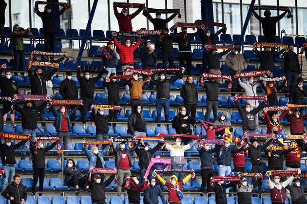 Semifinále fotbalového MOL Cupu mezi Spartou a Slavií mohlo na Letné sledovat kolem dvou tisíc fanoušků.