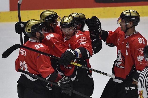 Hráči Znojma se radují z gólu, zleva Peter Pucher, Libor Šulák, Petr Kalus, Jan Lattner a André Lakos.