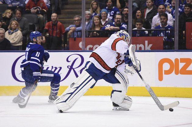 """David Ayres (vpravo), který naskočil do zápasu NHL jako """"emergency goalie"""" (pohotovostní brankář), rozehrává kotouč."""