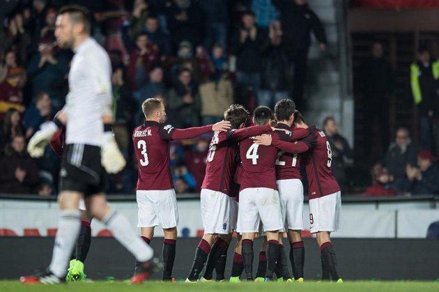 Fotbalisté Sparty oslavují svůj jediný gól v zápase s Klokany.
