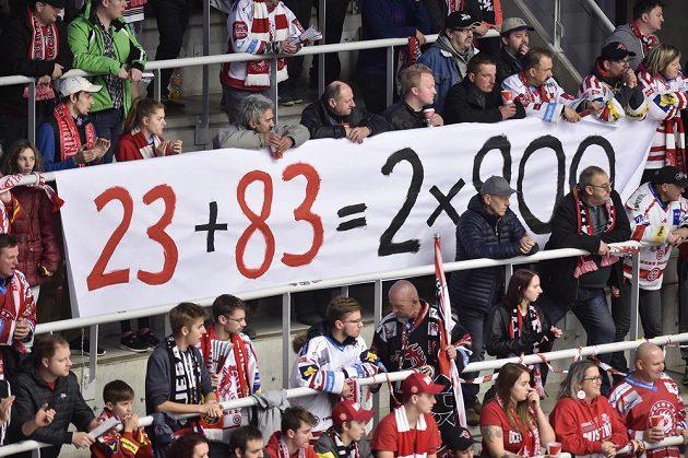 Fanoušci Třince vyvěsili transparent, na kterém ukázali, že Jiří Polanský (č. 23) a Martin Adamský (č. 83) odehráli v extralize každý 900 zápasů. Polanský všechny za Třinec a Adamský za Třinec a Plzeň.