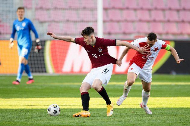 Martin Vitík ze Sparty a Jan Bořil ze Slavie během semifinále MOL Cupu.