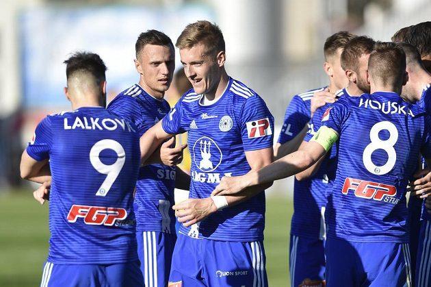 Olomoučtí fotbalisté se radují z gólu - na snímku jsou Milan Lalkovič, Šimon Falta, autor gólu Jakub Plšek a David Houska.