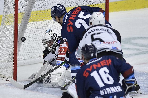 Brankář Karlových Varů Patrik Hamrla inkasuje druhý gól, druhý zleva je jeho autor Radan Lenc z Liberce.