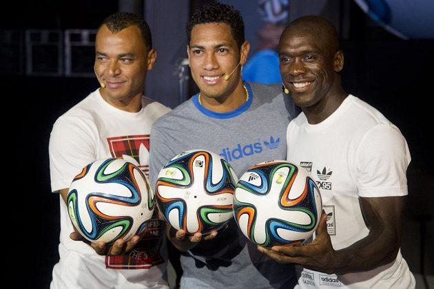 Na šampionátu se bude hrát s míčem Brazuca, který představili zprava Nizozemec Clarence Seedorf, brazilský záložník Hernanes a jeho krajan Cafú.