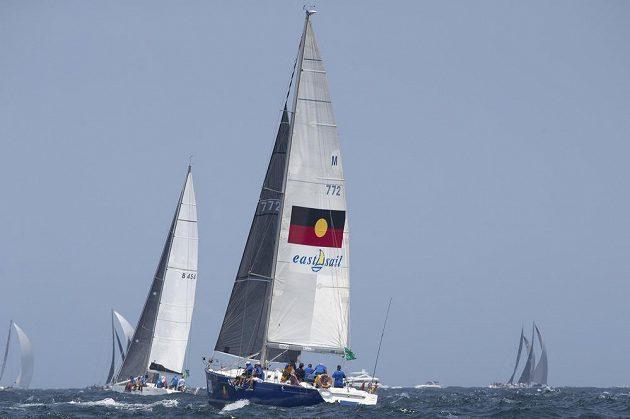 Jachta Tribal Warrior v akci. Do tradičního závodu ze Sydney do Hobartu ve čtvrtek z olympijského města z roku 2000 vyrazilo 157 jachet, což je největší účast za posledních 25 let.