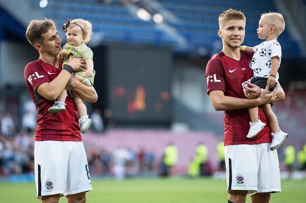 Fotbalisté Sparty Praha Martin Frýdek se synem (vlevo) a Bogdan Vatajelu s dcerou po utkání 3. kola se Slováckem.