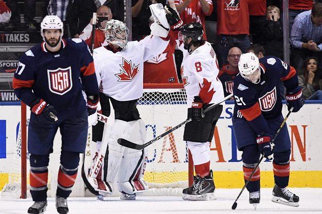 Kanadský brankář Carey Price a zadák Drew Doughty oslavují výhru nad USA.