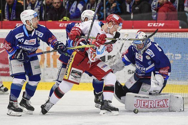 Zleva Jan Štencel a Michal Gulaši z Brna, hradecký Maris Bičevskis a brankář Brna Marek Čiliak v akci během čtvrtfinále play off.