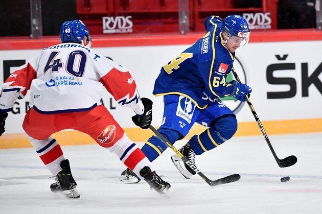 Český útočník Tomas Zohorna se snaží zastavit Jonathana Pudase ze Švédska.