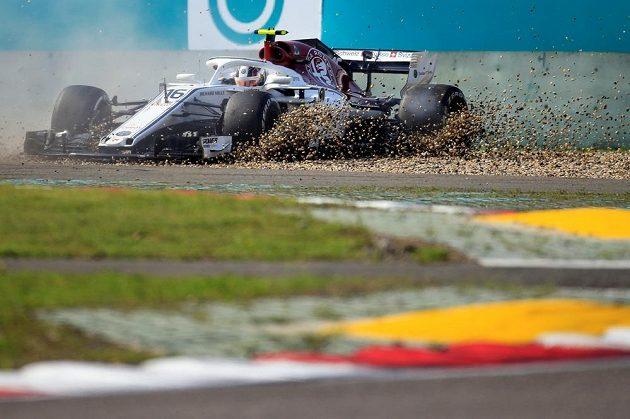 Charles Leclerc ze Sauberu během závodu vyjel z trati.