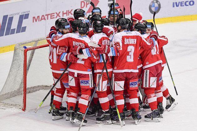 Hráči Olomouce oslavují výhru v Hradci Králové.