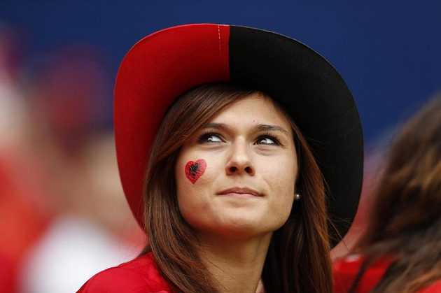 Copak asi zaujalo tuhle albánskou fanynku?
