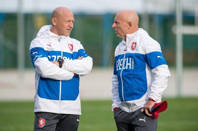 Trenér Karel Jarolím (vpravo) a asistent Boris Kočí během tréninku fotbalové reprezentace.